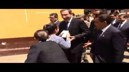Trujillana burla seguridad y entrega una carta a presidente Vizcarra con un contundente mensaje
