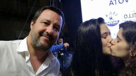 Italia | Dos adolescentes se hicieron pasar como simpatizantes de ministro anti LGTB para darse un beso