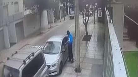 Sereno de Miraflores fue captado robando celular a un taxista que se quedó dormido