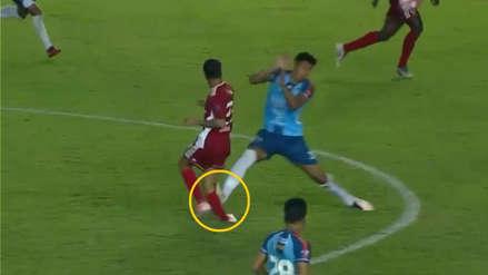 ¡Escalofriante! La terrible falta que sufrió un jugador de Roberto Mosquera en Bolivia