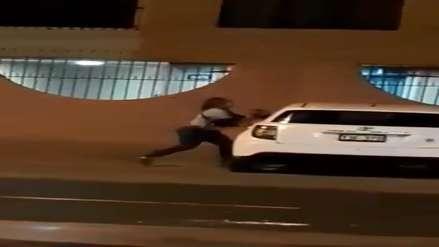 Una mujer destroza a pedradas el carro de su pareja en Trujillo (Video)