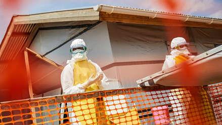 ¿Por qué el ébola suma ya más de 1,000 muertos en África y centros de salud que lo combaten son atacados?
