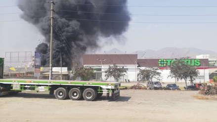 Los Olivos: Bomberos atienden incendio en una cochera en la Panamericana Norte