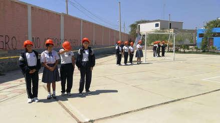 Escolares hacen 'muro humano' para proteger a compañeras ante posible colapso de un cerco