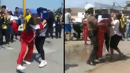 Dos escolares se agarran a golpes afuera del colegio y policía las separa en Trujillo