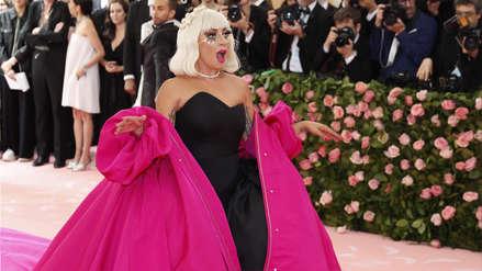 Lady Gaga sorprende haciendo un  'striptease' en su paso por la alfombra roja del MET Gala 2019