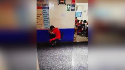 Alumno es obligado a dar examen en pasadizo por no vestir uniforme escolar