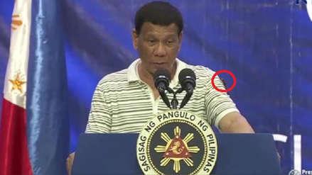 Así reaccionó el presidente de Filipinas tras encontrar una cucaracha en su hombro [VIDEO]
