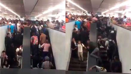 Pasajeros cayendo y colgados de la baranda: el caos en una escalera eléctrica del metro