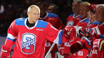 Vladímir Putin se mostró imparable al jugar hockey sobre hielo a sus 66 años