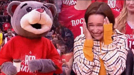 Emilia Clarke de Game of Thrones es víctima de broma de la mascota de Houston Rockets