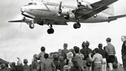 Rinden homenaje a piloto que en medio de la Guerra Fría repartió dulces y víveres a la población