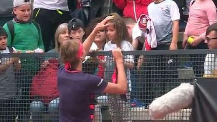 Alexander Zverev le regaló su vincha a niña en la tribuna que le cayó un pelotazo