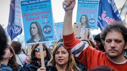 Miles de empleados públicos marchan contra la precarización laboral en Argentina