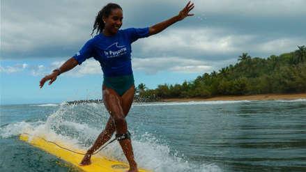 Maria Fernanda Reyes, la niña que aprendió a surfear mientras su mamá vendía raspadillas en la playa
