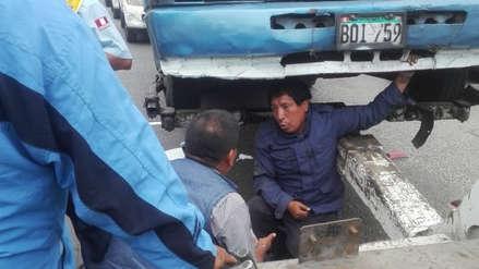 Cobrador se metió debajo de bus para evitar que fiscalizadores remolquen unidad