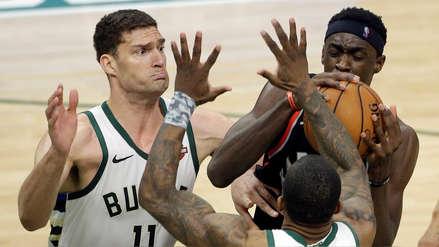 Hombre juega baloncesto desnudo porque