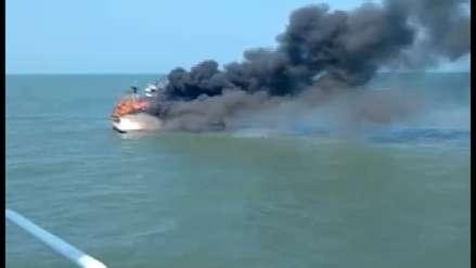Así fue el incendio en el mar que afectó a un barco pesquero en Pimentel [VIDEO]