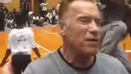 Arnold Schwarzenegger recibió brutal patada voladora por la espalda durante acto público [VIDEO]