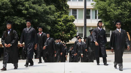 Multimillonario se compromete a pagar las deudas universitarias de casi 400 alumnos en EE.UU.