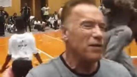 Nuevo video de la 'patada voladora' a Arnold Schwarzenegger demuestra que el actor ni se movió