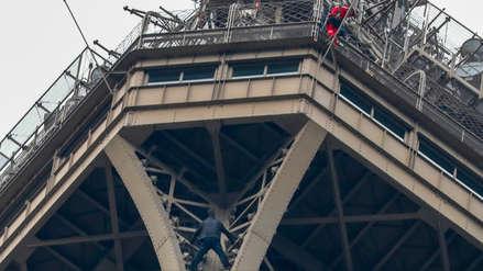 Hombre que escaló la Torre Eiffel fue detenido tras intervención de la policía y los bomberos