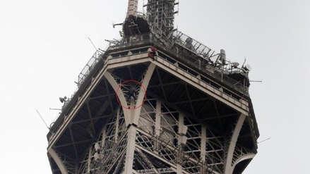 Evacúan y cierran la Torre Eiffel debido a que un hombre empezó a escalar el monumento histórico [VIDEO]