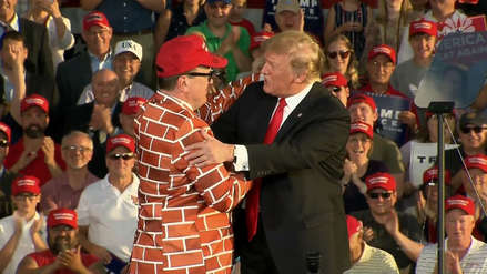 Trump llamó al escenario y saludó a hombre 'vestido de muro' durante mitin [VIDEO]