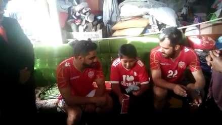 Empresario árabe le regala dinero y ofrece construir casa de dos pisos a niño que estudiaba bajo un poste de luz