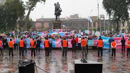 Manifestantes contra el enfoque de género ingresan a la plaza Bolívar y fueron recibidos por congresistas