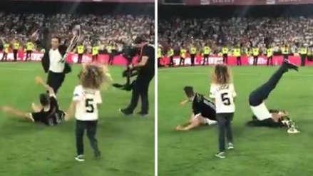¡El enemigo en casa! Jugador del Valencia derribó a su DT para celebrar la Copa del Rey