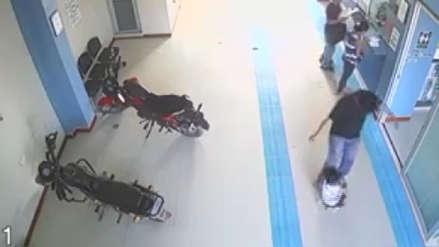 Cámaras de vigilancia captan a un padre cuando empuja y golpea a su hija de cuatro años en Junín