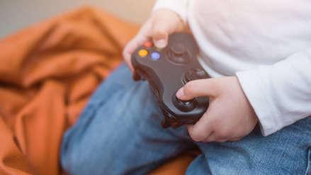 Niño ludopata le roba mil 500 dólares a su hermana y se lo gasta en videojuegos