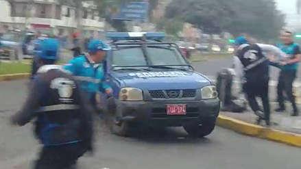 Conductor de camioneta municipal de Independencia casi atropella a serenos de SMP [VIDEO]