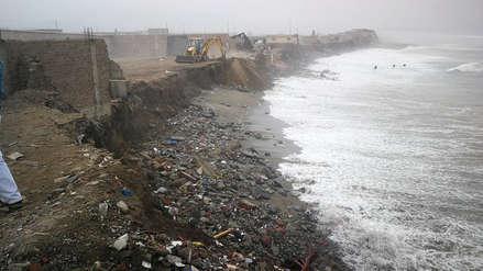 Empresario a punto de perder su restaurante con piscina al borde del mar por fuerte oleaje en Trujillo