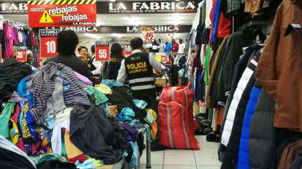 Buzos del Ministerio de la Mujer se vendían a 10 soles en tienda de ropa en Arequipa