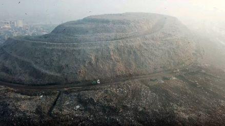 15 fotos de la montaña de basura casi tan alta como el Taj Mahal que preocupa a la India