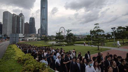 ¿Por qué cientos de abogados protestan en silencio en Hong Kong? [VIDEO]