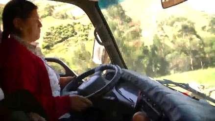 Evelin Rodríguez, la mujer que se volvió camionera luego de que su esposo perdiera las piernas