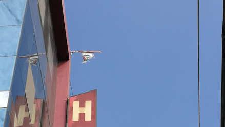 La irónica imagen en el Día de Renovación del Juramento de fidelidad a la bandera: rota, sucia, descolorida y abandonada