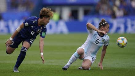 ¡Qué dolor! Defensora argentina perdió la mitad del diente en su debut en el Mundial Femenino 2019