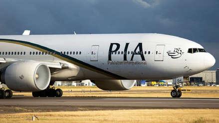 Un pasajero abrió por accidente la puerta de emergencia de un avión pensando que era el baño
