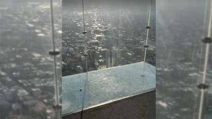 Piso de vidrio de famoso rascacielos en Chicago se resquebrajó bajo los pies de turistas [video]