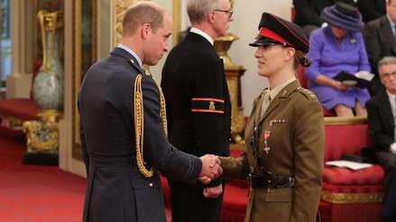 Una exoficial transgénero fue condecorada por el príncipe William por sus años de servicio