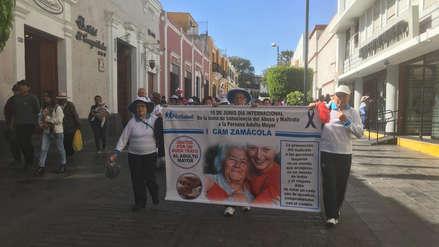 Abuelitos protestan en calles de Arequipa reclamando que sus familiares no se olviden de ellos [Video]