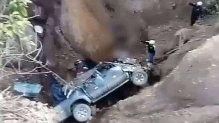 Al menos siete muertos y tres heridos tras caída de camioneta a barranco en La Libertad