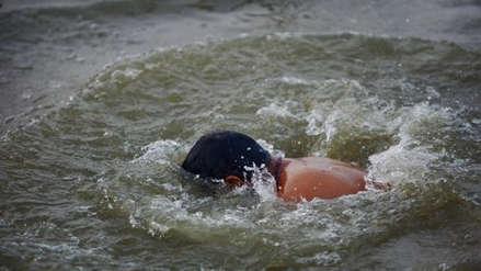 India | Se lanzó encadenado al río Ganges en un acto de ilusionismo, pero nunca salió del agua