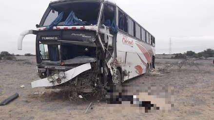 Tres personas murieron tras el choque de bus contra un camión frigorífico en Piura