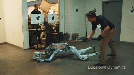 Robot bípedo es golpeado sin piedad y se defiende de sus creadores en video parodia [Video]