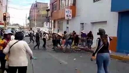 Arequipa | Ambulantes atacan casa de alcalde y le roban regalos del Día del Padre por realizar operativos de control en mercado [Video]